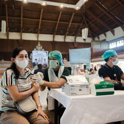 Kemenparekraf Bekerja Sama dengan Kelurahan Benoa dan Poltekpar Bali Gelar Vaksinasi Dosis 2